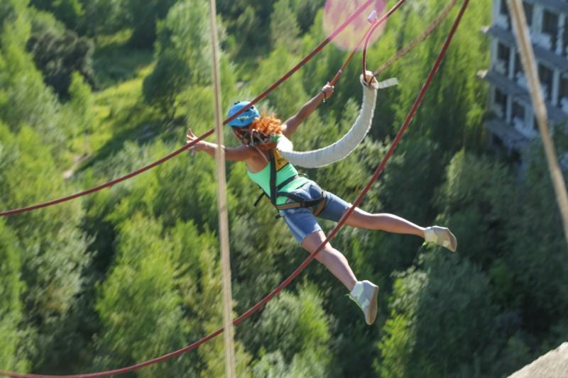 rope-jumping девушка прыжок на веревке со здания
