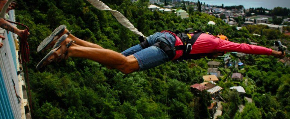 """Прыжки с """"резинкой"""" (веревкой) с 60 метрового моста в Абхазии"""