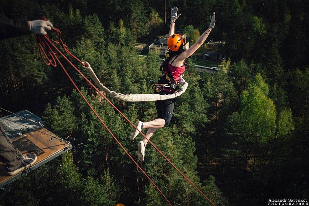 """Яркий """"bungee jumping"""" прыжок с 50 метров"""