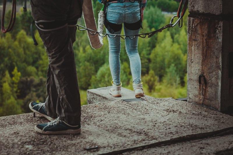 На прыжках rope-jumping на краю экзита