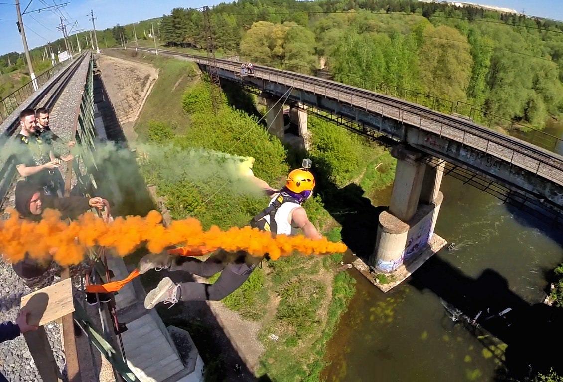Прыжки с моста с веревкой с фаерами