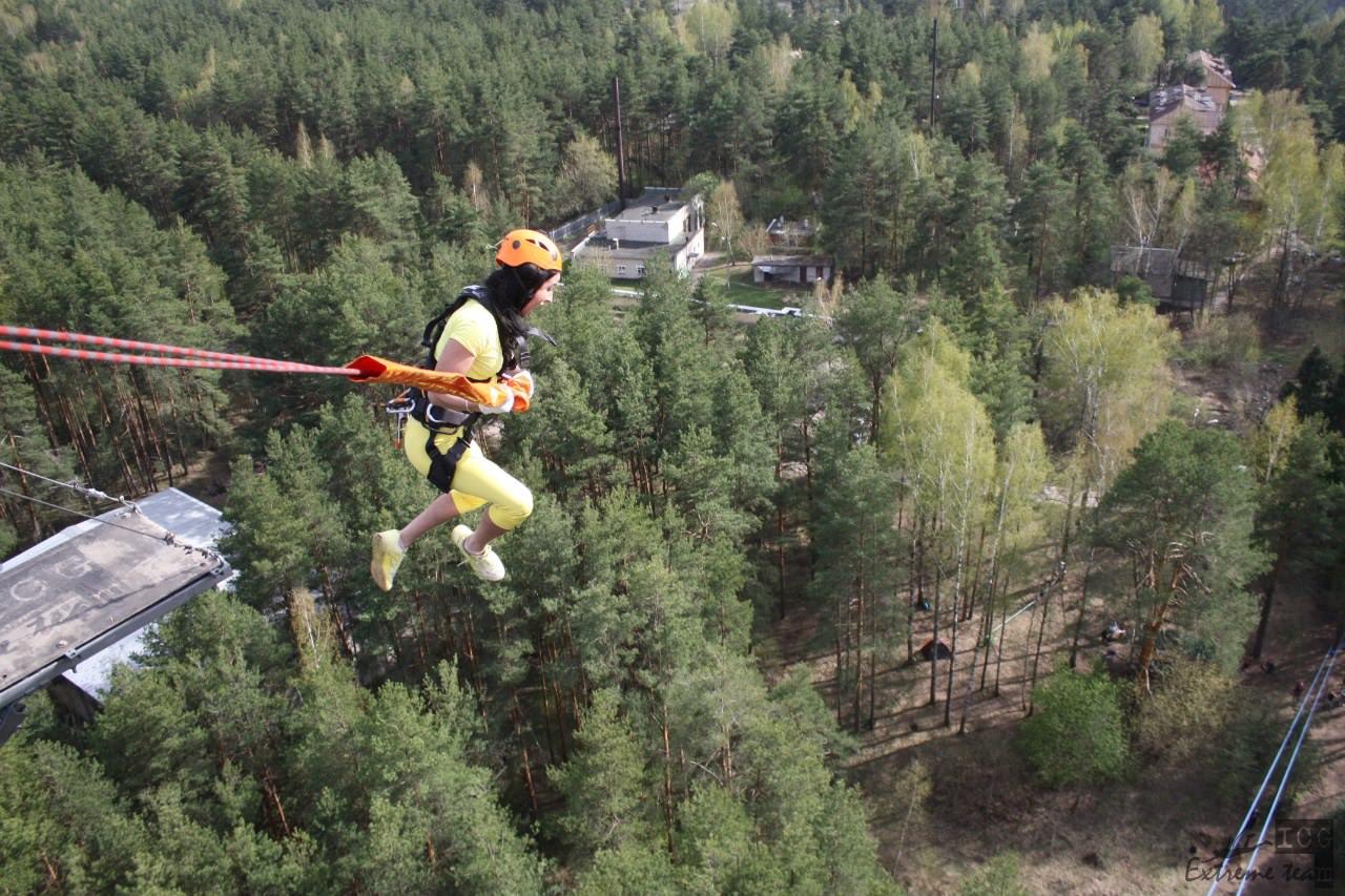 летние прыжки с веревкой с 50 метровой вышки