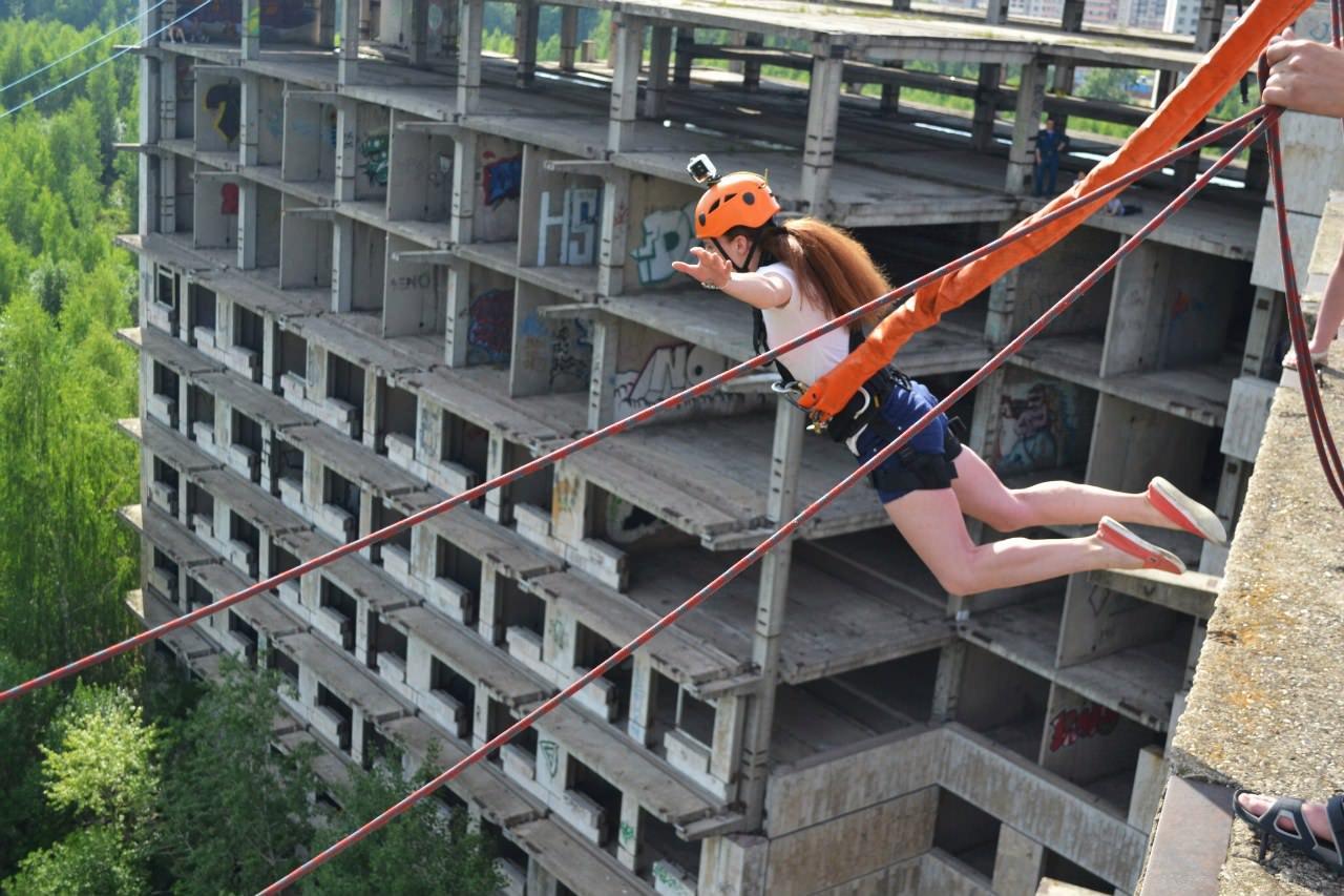 Поыжки с веревкой с крыши здания