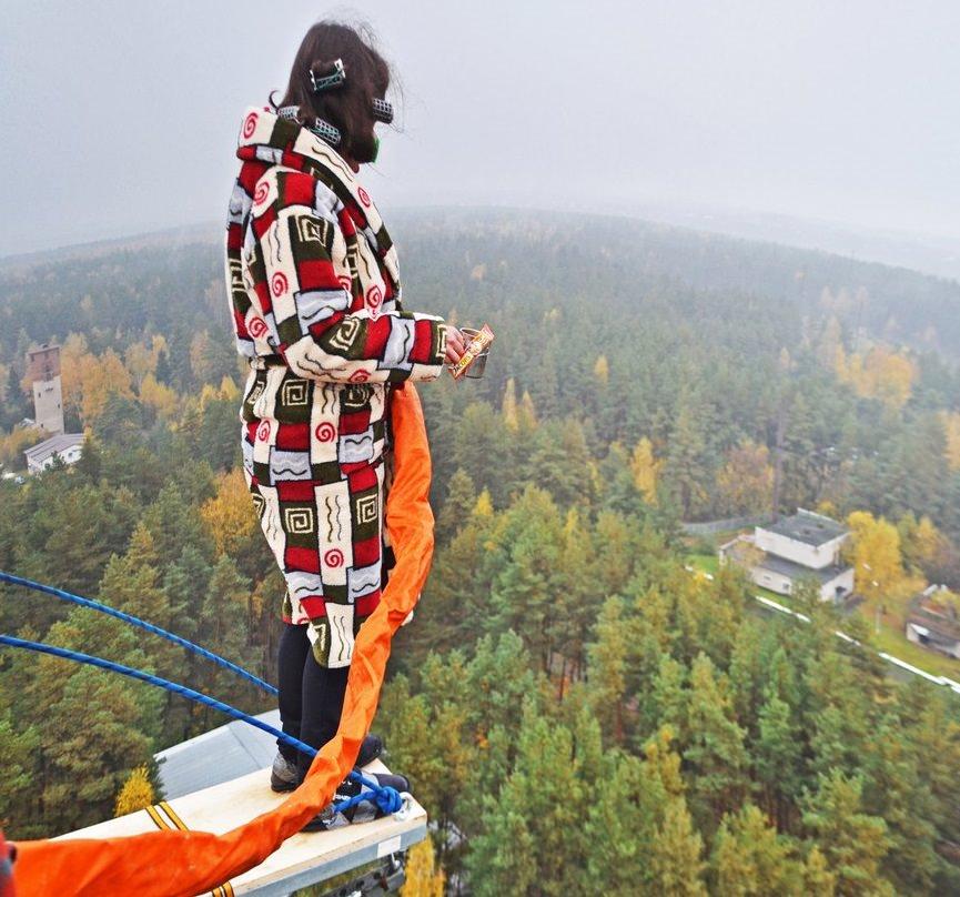 Прыжок в халате утром с вышки 50 метров
