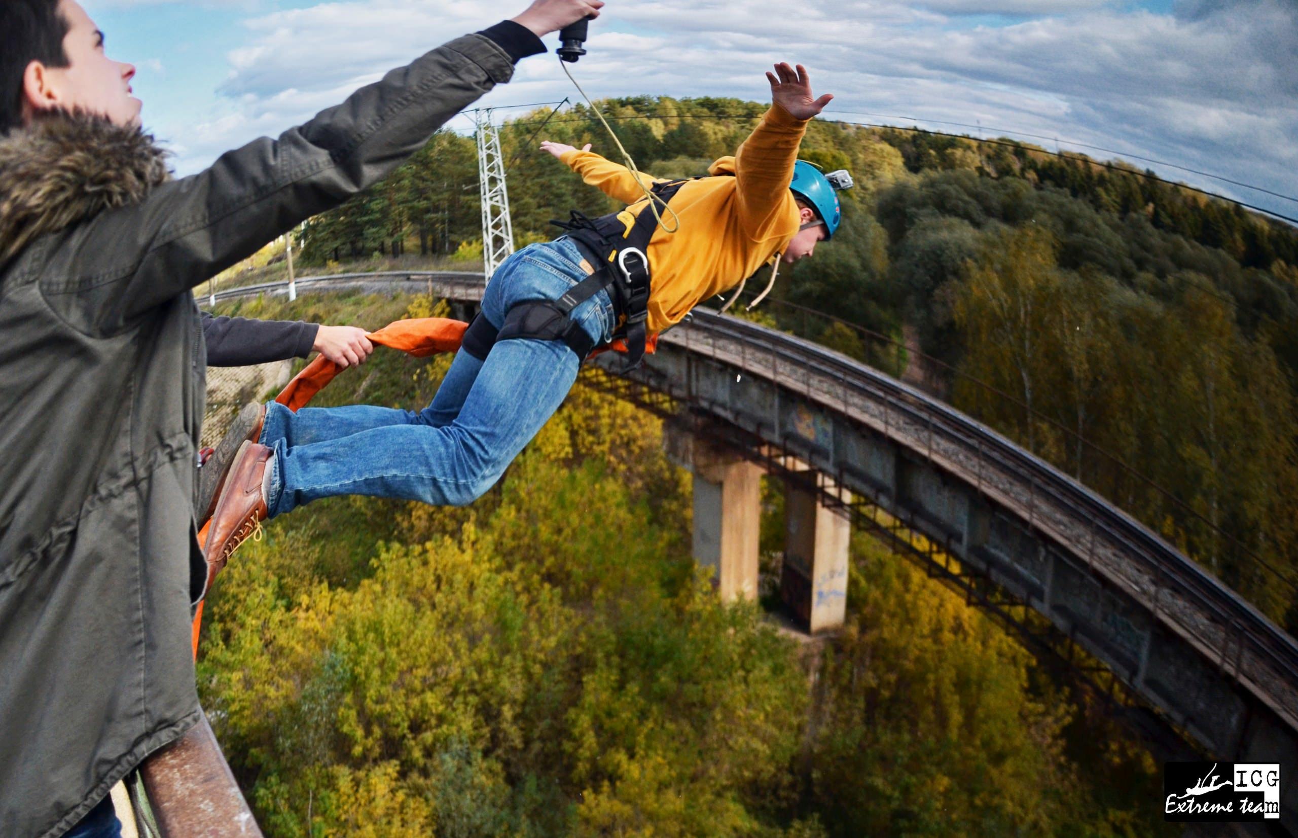тарзанка - прыжок с веревкой с 25 метрового моста