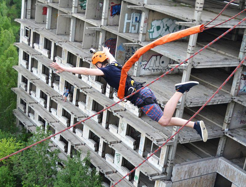 прыжок с веревкой со здания