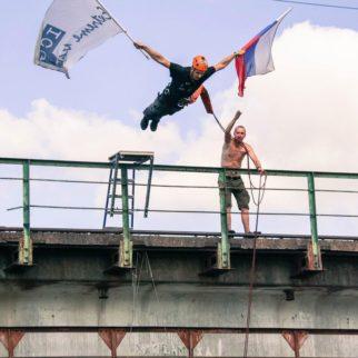 Прыжок с моста с флагами