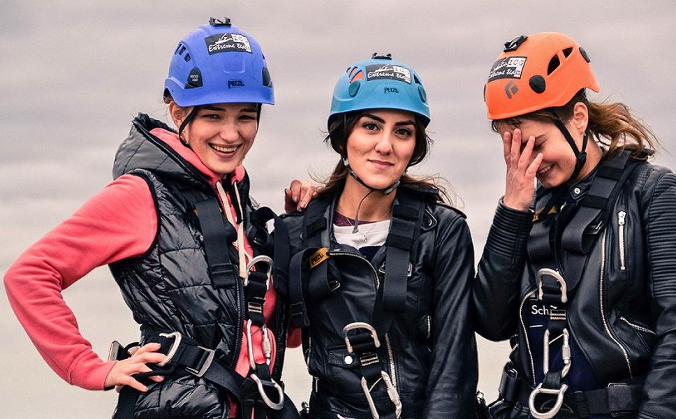 Позитивные девчата на прыжках с веревкой