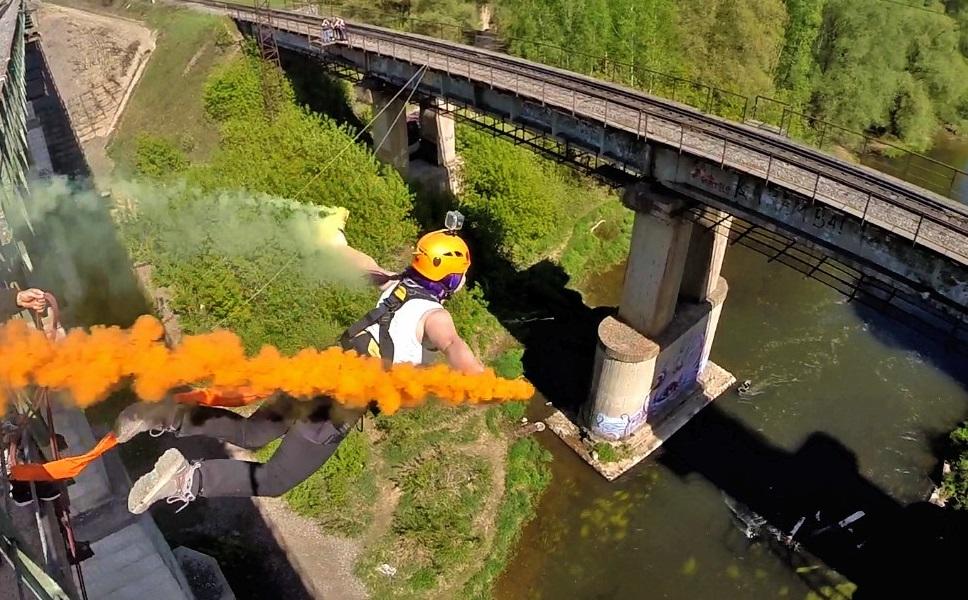 Роупджампинг с моста в дымовыми шашками