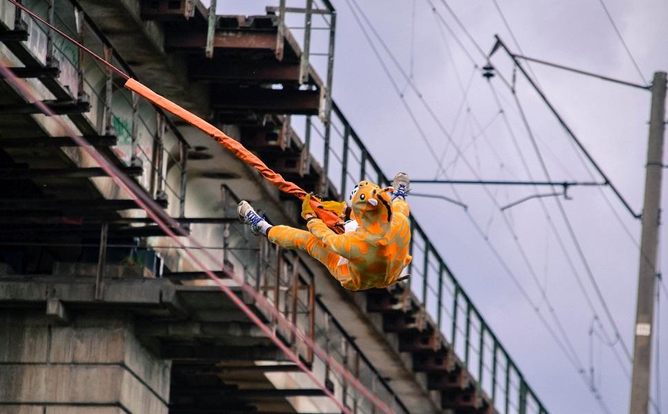 Нарядные прыжки с веревкой с моста