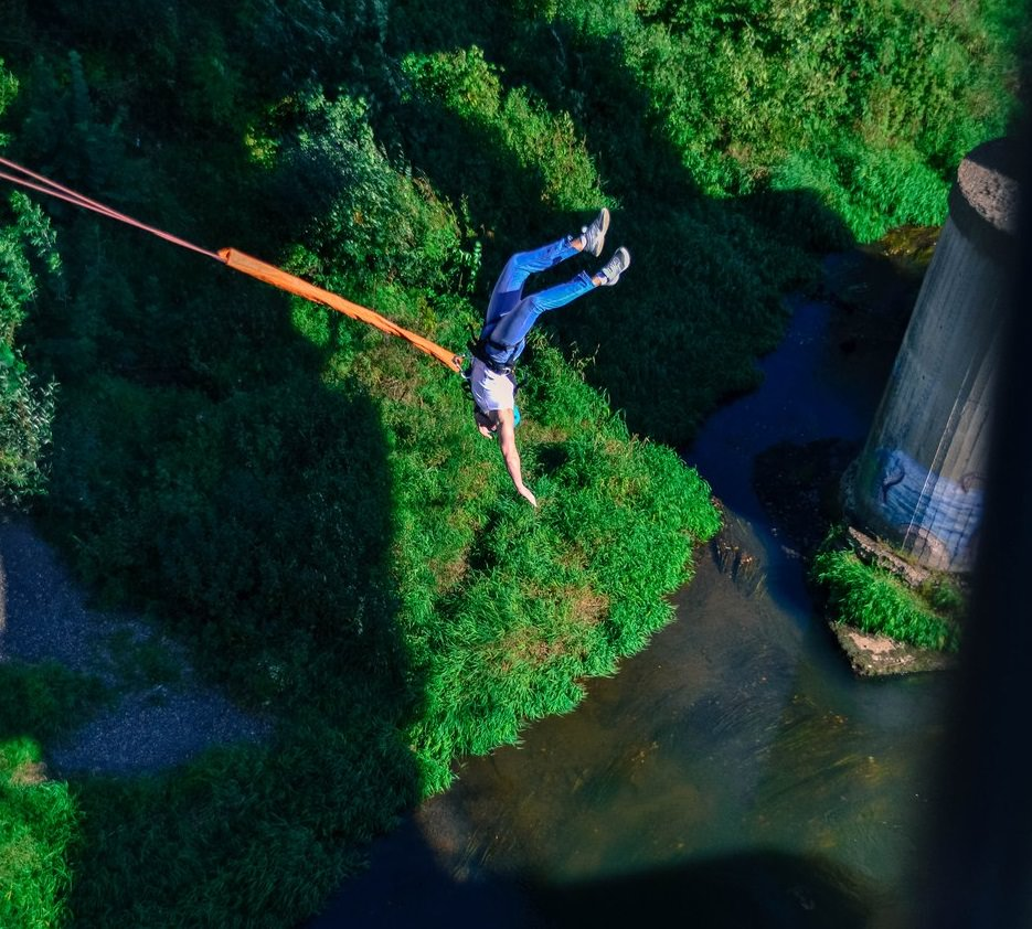 Роупджампинг с моста над рекой
