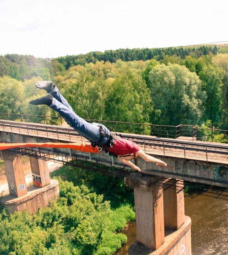 Тарзанка с Манихинского моста над рекой