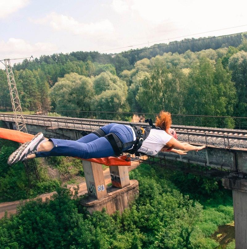 тарзанка с моста над рекой