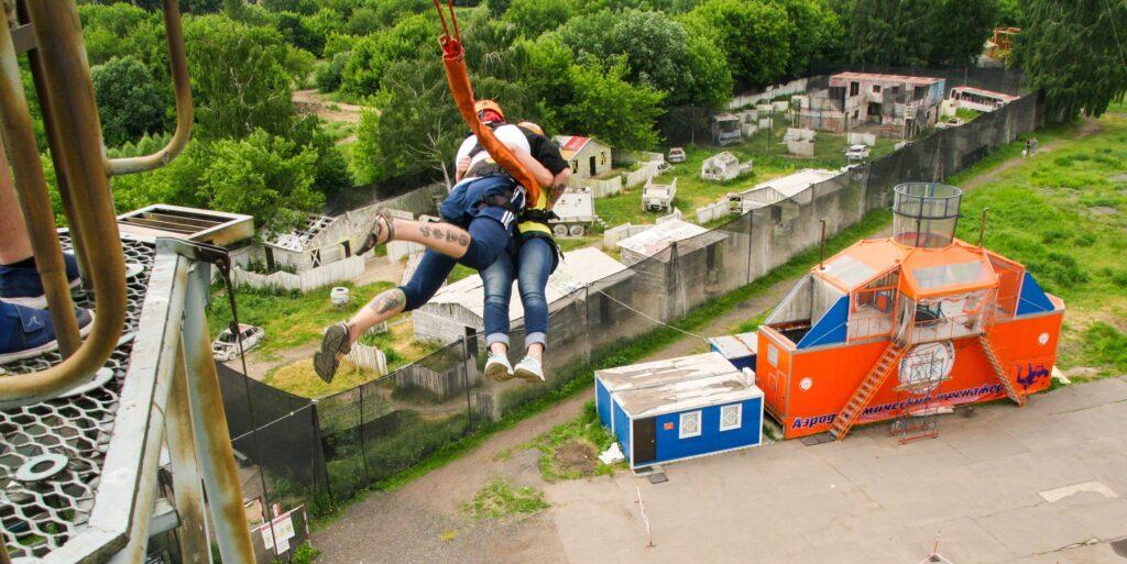 прыжки тандемом вдвоем на тарзанке